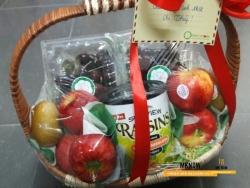 Đặt giỏ trái cây cao cấp tặng vợ kỷ niệm ngày cưới