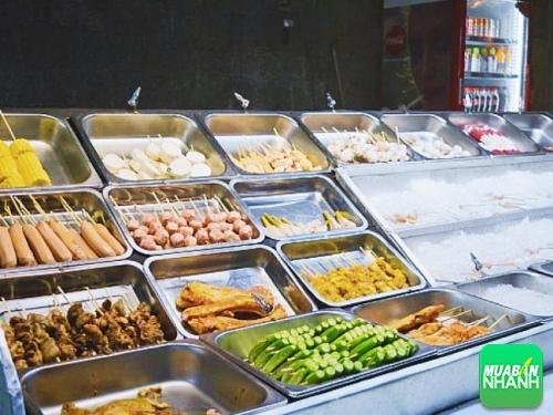 Đồ ăn bán dạng xiên que, khách hàng tự tay lựa chon và tự nướng