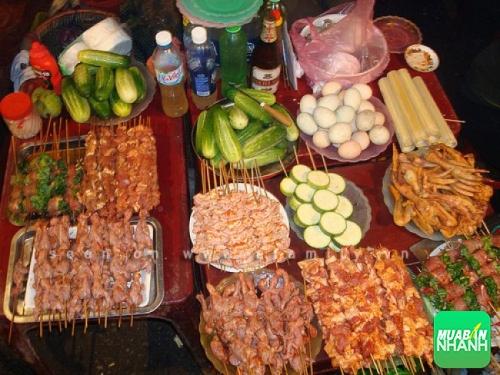 Nhắng nướng là quán đầu tiên tạo nên cơn sốt đồ nướng ở Hà Nội cùng với Mã Mây. Đồ nướng ở đây ngon và giá cả khá phải chăng.