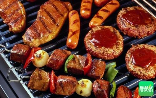 Đồ nướng thường chứa nhiều chất béo, khi được nướng trên nhiệt độ cao, dầu mỡ từ thịt và dầu mỡ được cho thêm vào thịt để tăng độ giòn của món