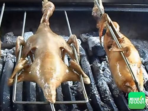 Vịt nướng món ăn rất được lòng khách hàng vì là vịt cỏ hoàn toàn ăn rất ngon thịt không bị mềm có độ dai không bị ngấy