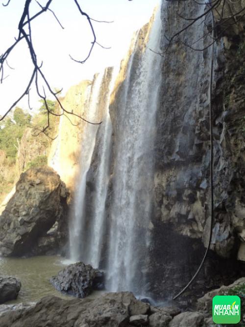 Khung cảnh dưới chân thác - mùa nước yếu