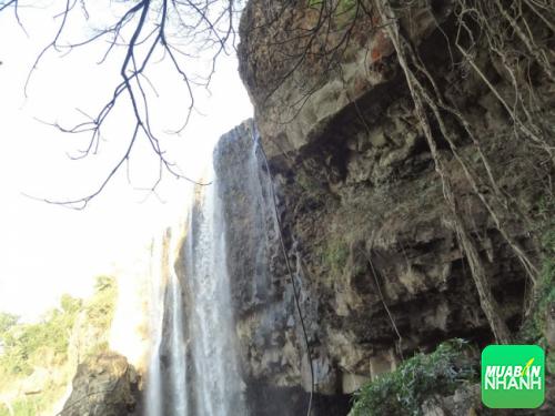Hướng nhìn lên đầu thác từ chân thác