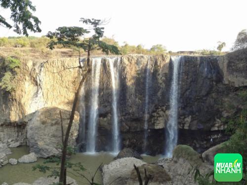 Nhìn từ xa về phía thác Bảo Đại