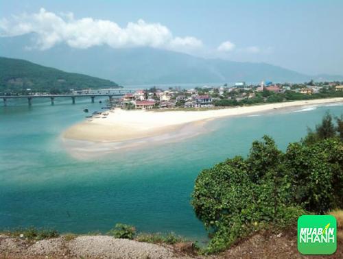 Bãi cát trắng, nước xanh màu ngọc bích đẹp mê hồn của vịnh Lăng Cô