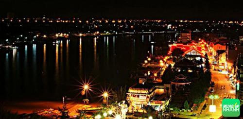 Bến Ninh Kiều nằm bên dòng sông Hậu hiền hòa