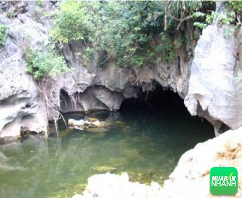 Điểm du lịch Hang Luồn - Ao Dong nằm ở thôn Bút Phong, xã Liên Sơn, huyện Kim Bảng, thành phố Phủ Lý.
