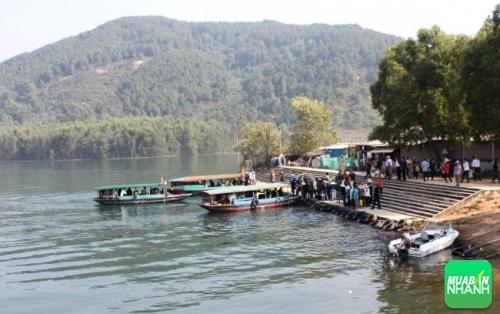 Du khách đi thuyền trên hồ nhà Đường để lên cổng chùa Hương Tích dự hội
