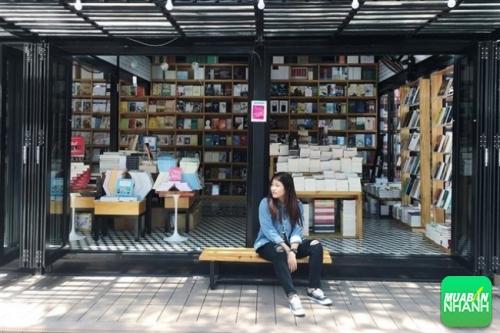 Bạn là người mê sách? Vậy không thể bỏ qua việc lưu giữ hình ảnh kỷ niệm khi đặt chân đến đường sách Sài Gòn